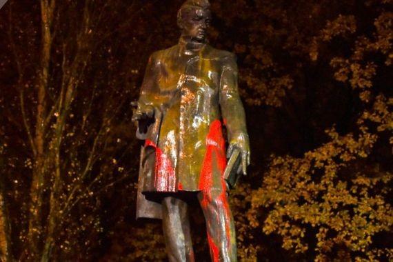 В Ереване облили краской памятник Грибоедову