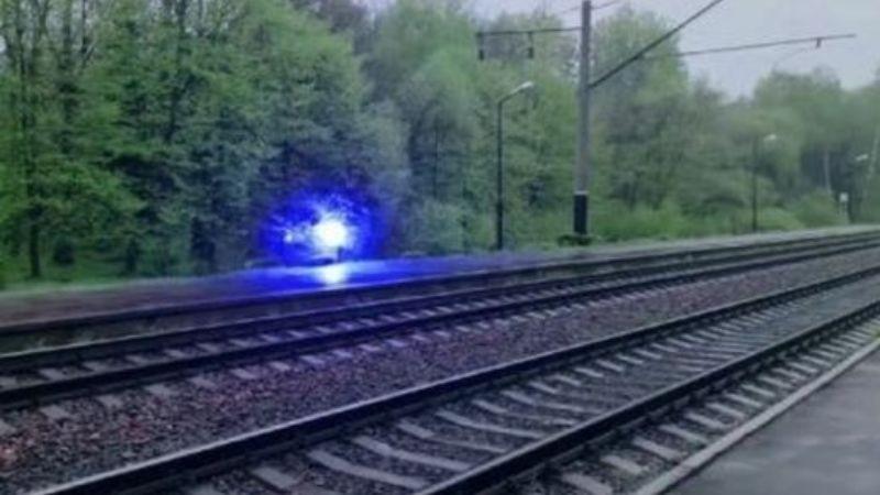 В Украине над железной дорогой летал таинственный светящийся шар