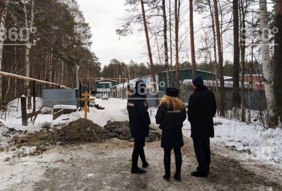 В Екатеринбурге работники кладбища вырыли могилы прямо на дороге