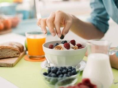 Диетологи: поздний завтрак на выходные провоцирует увеличение веса