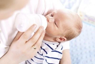 Детский невролог рассказала, в каких случаях срыгивание у младенцев опасно