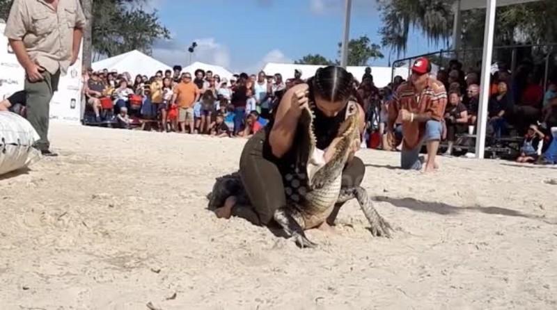 Женщина засунула голову в пасть крокодила: опубликовано видео