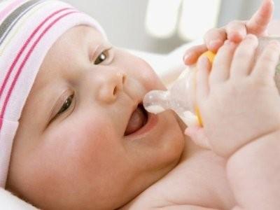 Педиатр: воду до введения прикорма не стоит давать младенцам