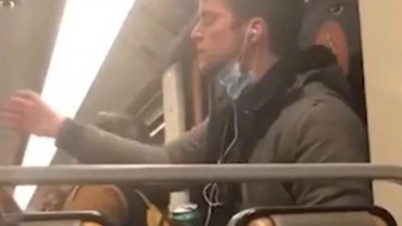 В Бельгии мужчина измазал своей слюной поручень в метро