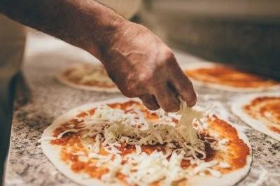 Эксперт рассказал, как обезопасить себя от заражения коронавирусом через еду, доставленную из ресторана