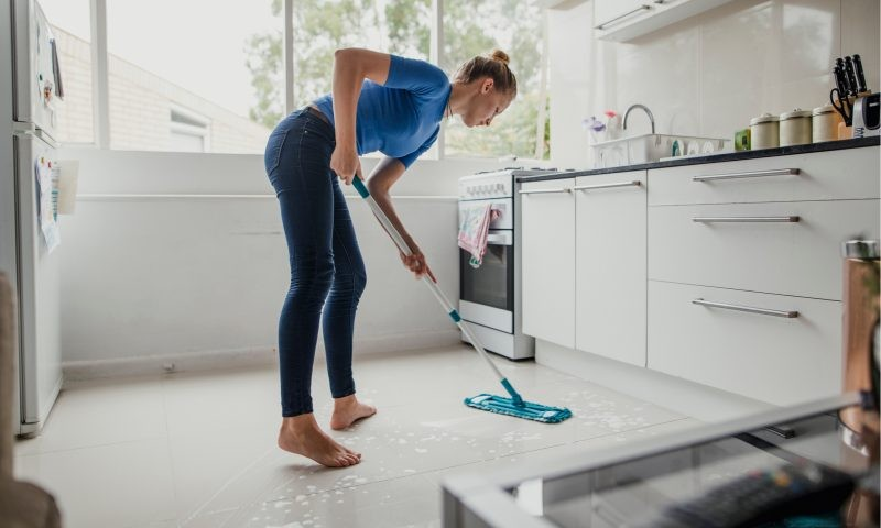 Проводя уборку в Чистый четверг, можно привлечь деньги и достаток в дом