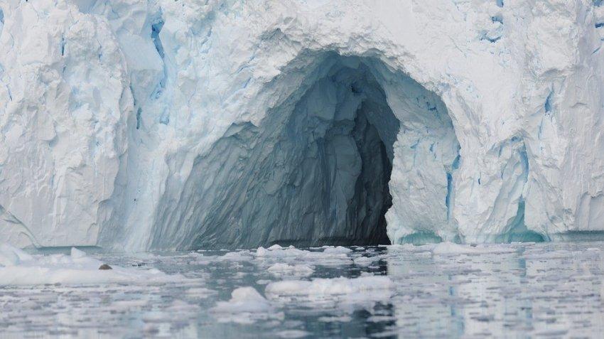 Начал разрушаться самый большой айсберг в мире
