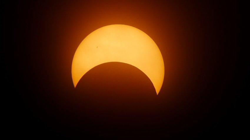 Солнечное затмение может или прекратить пандемию коронавируса, или сделать ее еще страшнее