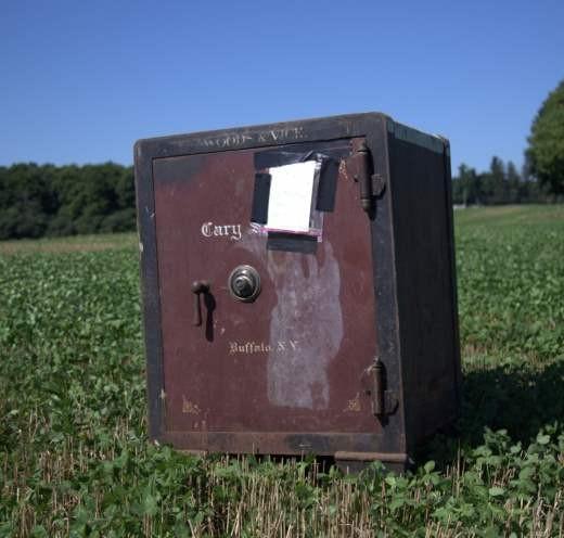 В США на поле нашли закрытый сейф с запиской и неизвестным содержимым