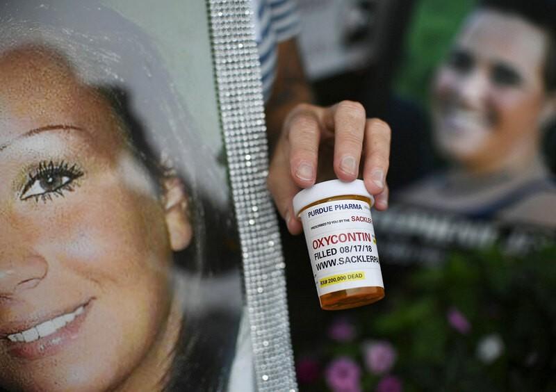 История клана подсадившего США на наркотики