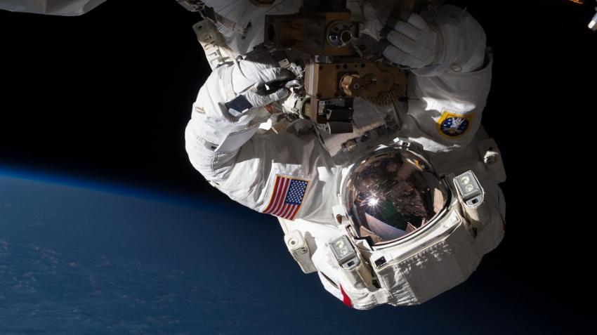 Камера МКС во время работы космонавтов зафиксировала НЛО