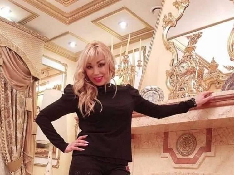 Исполнительница хита «Роза Чайная» провела экскурсию по своему шикарному дому