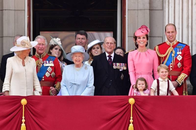 Почему королева Елизавета II не передает трон сыну Чарльзу