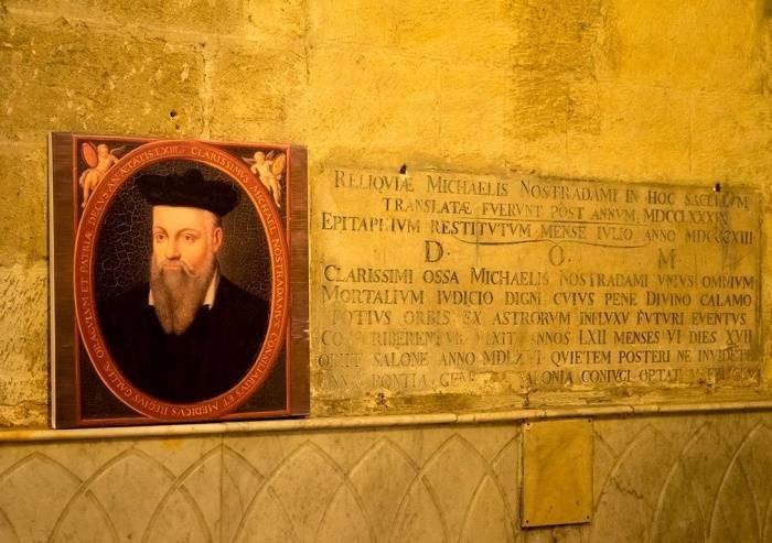 Почему Нострадамус похоронен стоя в стене монастыря