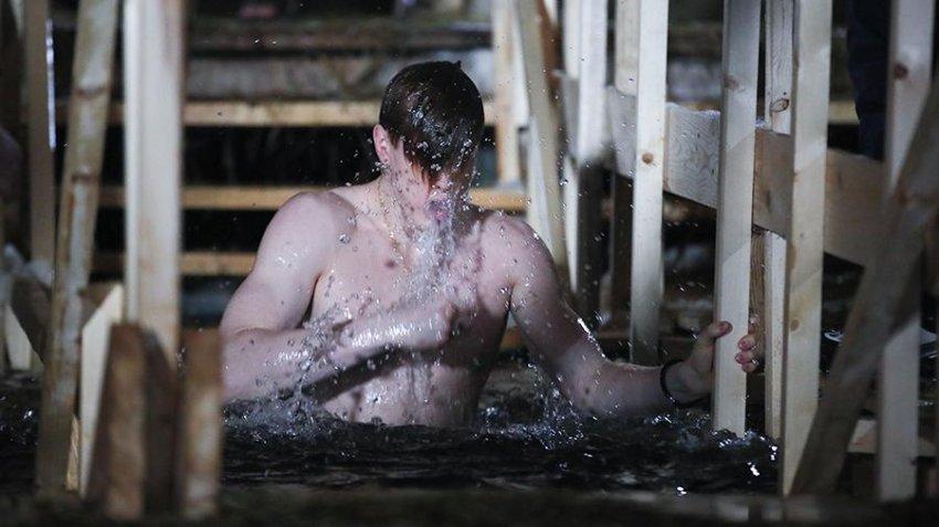 Крещенские купания состоятся в России 19 января 2021 года