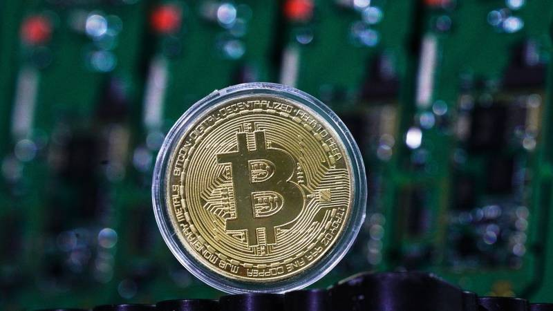 Цена на криптовалюту биткоин вновь упала