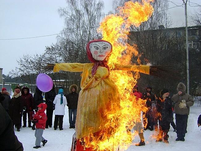 Почему на Масленицу в России принято сжигать чучело и есть блины