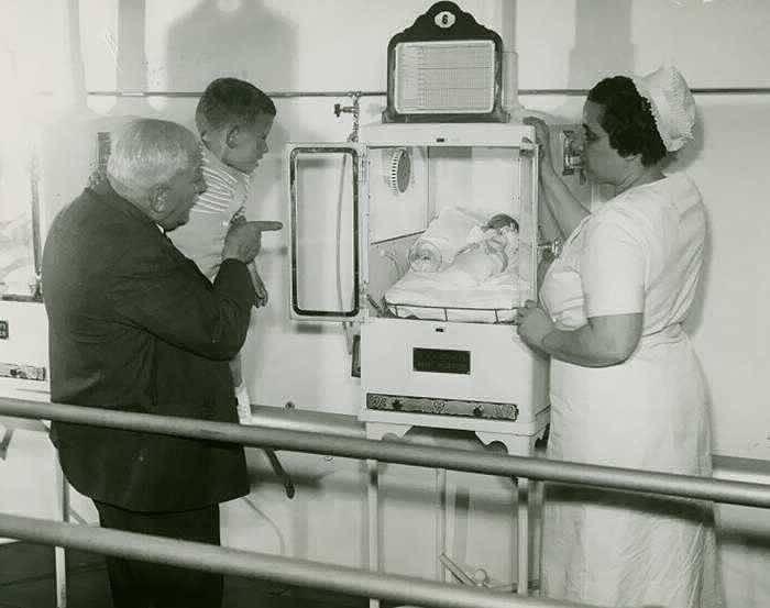 Страшный аттракцион с детьми в инкубаторах от врача Мартина Коуни обернулся благом