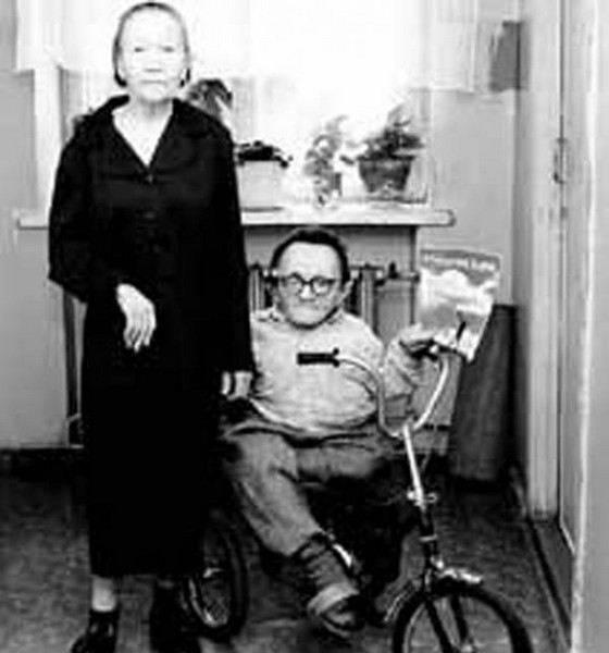 Самый маленький мужчина, которого жене нужно было носить в сумке: как сложилась жизнь необычного россиянина
