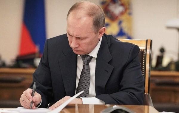 Путин продлил срок временного пребывания мигрантов в стране