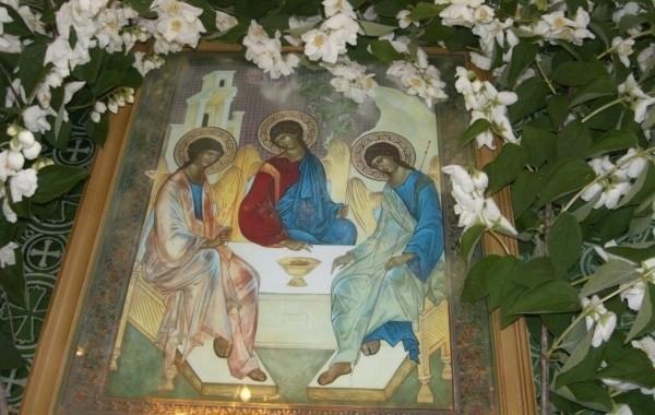 Православные верующие отмечают Троицу