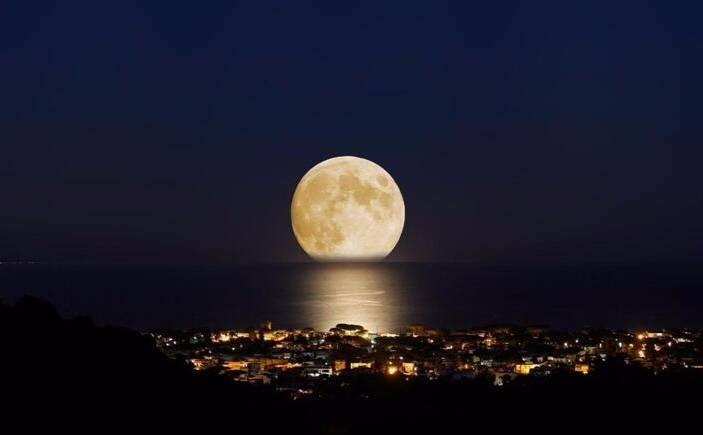 Что происходит с Луной: ночное светило приближается или удаляется от Земли