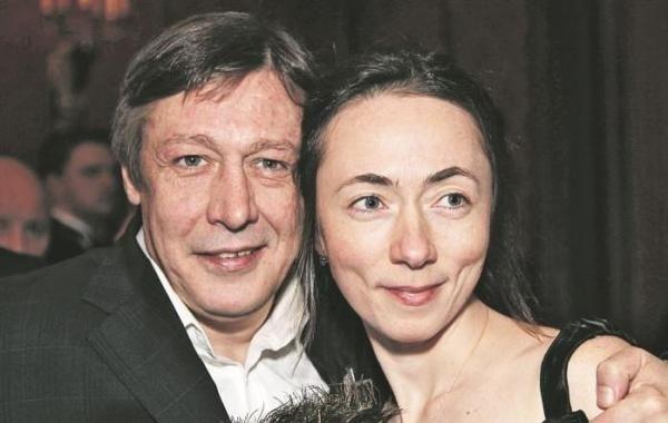 Жене осужденного Михаила Ефремова вынуждена трудиться на нескольких работах