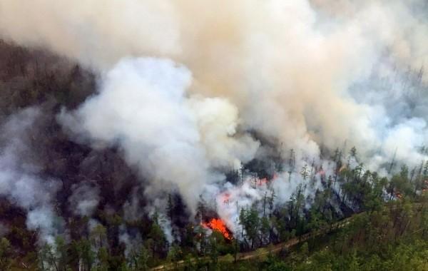 Верховой лесной пожар перекинулся на якутское село