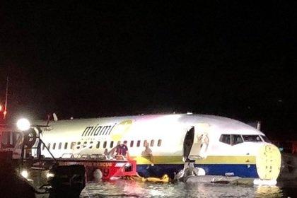В США Boeing 737 с сотней пассажиров на борту упал в реку