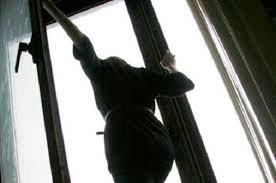 В Бишкеке 20-летняя девушка хотела спрыгнуть с четвертого этажа